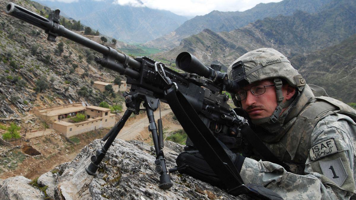 Starszy szeregowy 2. plutonu kompanii C 1. batalionu 26. Pułku Piechoty wypatruje nieprzyjaciela w afgańskiej prowincji Kunar (fot. Sgt. Matthew C. Moeller)