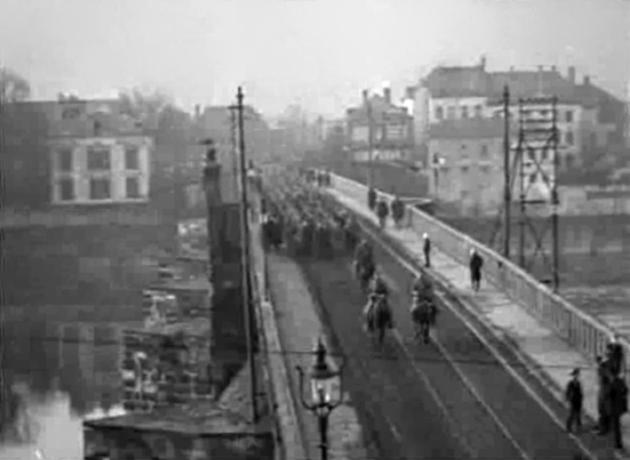 Pierwsza Dywizja wkracza do Trewiru po słynnym moście rzymskim w listopadzie 1918 roku (fot. US Army)