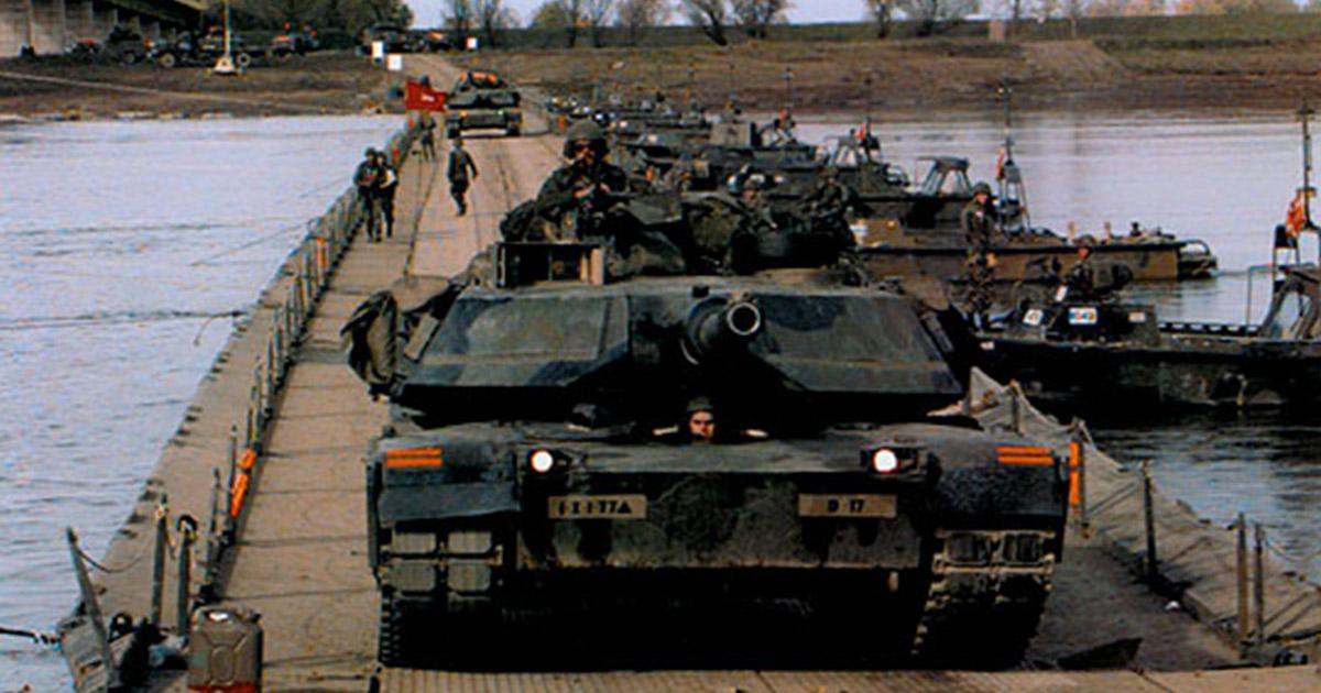 Czołgi M1A1 Abrams z 77. Pułku Pancernego 1. Dywizji Piechoty przejeżdżają na bośniacki brzeg rzeki Sawy, październik 1996 roku (fot. fdmuseum.org)