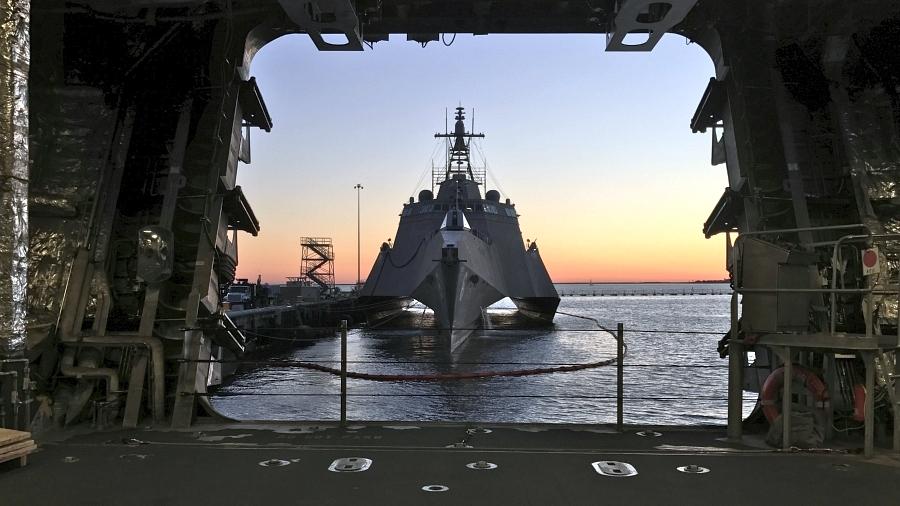 Okręt walki przybrzeżnej USS Jackson (LCS 6) typu Independence (US Navy / Lt. Miranda V. Williams)