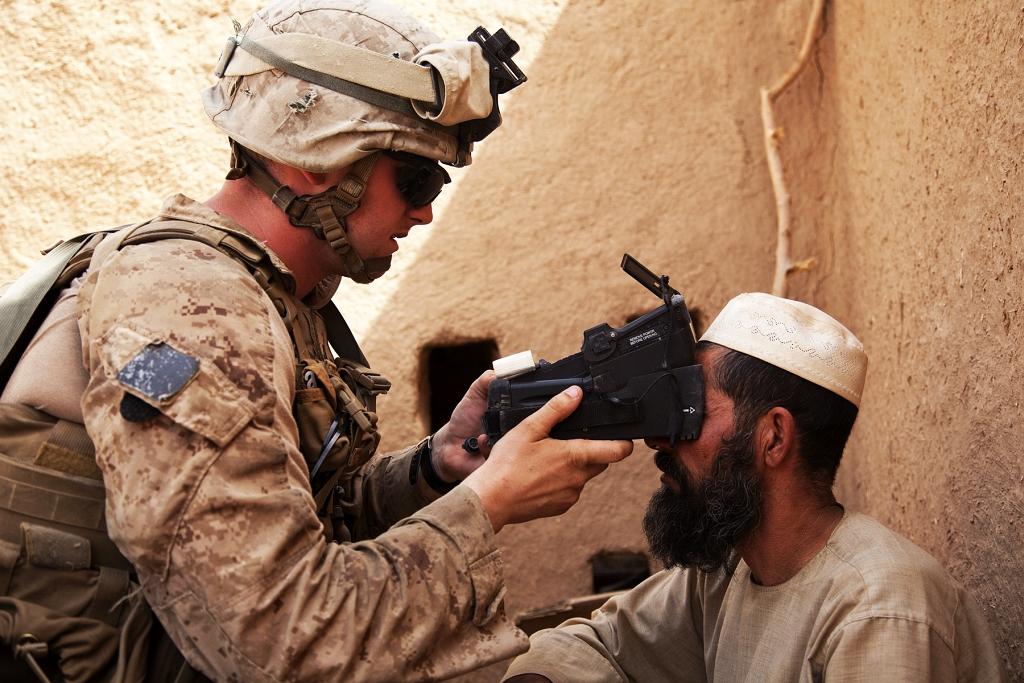Żołnierz USMC podczas użycia systemu identyfikacji biometrycznej BESD w Afganistanie (US Marine Corps / Cpl. Alejandro Pena)
