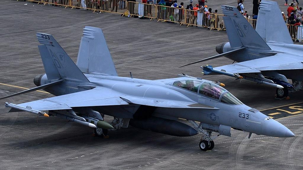 """Wyposażony w zbiorniki konforemne F/A-18F w barwach eskadry szkoleniowej VFA-106 """"Gladiators"""" na malezyjskim lotnisku w Langkawi w marcu 2013 roku. (Alert5,  Creative Commons Attribution-Share Alike 4.0 International)"""
