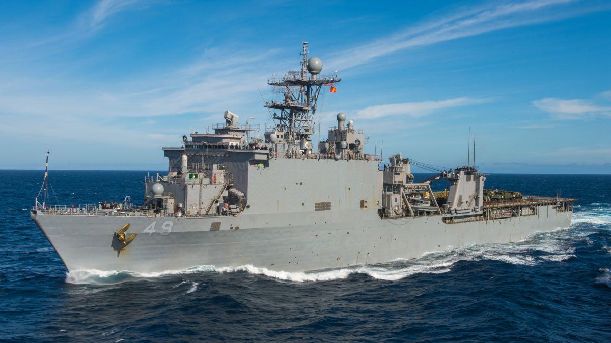 Okręt desantowy-dok USS Harpers Ferry (LSD 49). (fot. US Navy / Mass Communication Specialist 1st Class Douglas Bedford)