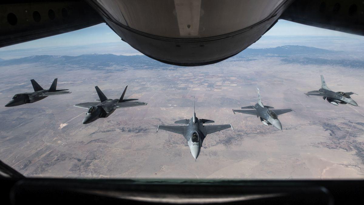 Jaka jest gotowość maszyn US Air Force?   Konflikty.pl   Para F-22, pojedynczy F-16C i para F-16D nad Arizoną. Dwumiejscowe Vipery uzyskały mission-capability rate na poziomie 66%. (fot. US Air Force / Senior Airman Destinee Sweeney)