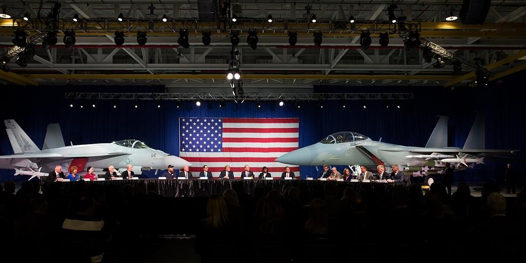 Wizyta Donalda Trumpa w Boeingu 14 marca 2018 roku, z nowymi odmianami F/A-18E i F-15E w tle. Udany powrót pechowego giganta na rynek samolotów myśliwskich czy łabędzi śpiew Boeinga? (fot. Shealah Craighead, materiały prasowe Białego Domu, domena publiczna)