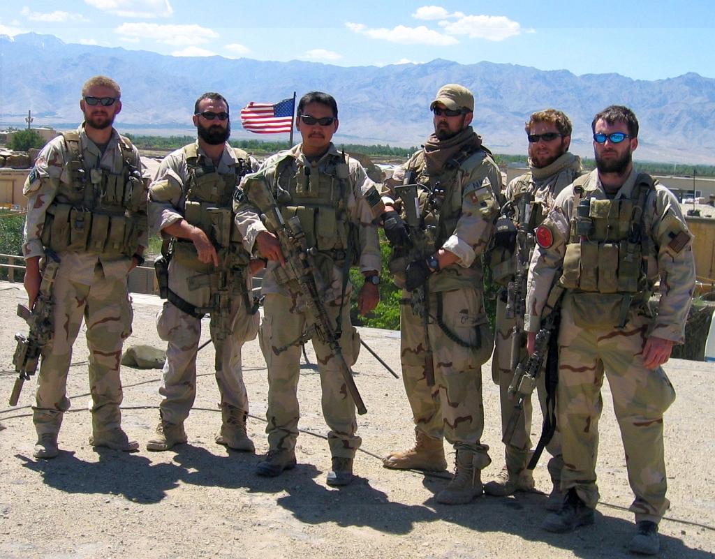 """Zarośnięci członkowie zespołu Navy SEALs przed operacją w 2005 roku w Afganistanie. Podczas działań śmierć poniosło pięciu z nich, o czym opowiada film z 2013 roku """"Ocalony"""". Nazwiskiem Michaela P. Murphy'ego (pierwszy z prawej) ochrzczono jeden z niszczycieli typu Arleigh Burke. (fot. US Navy)"""