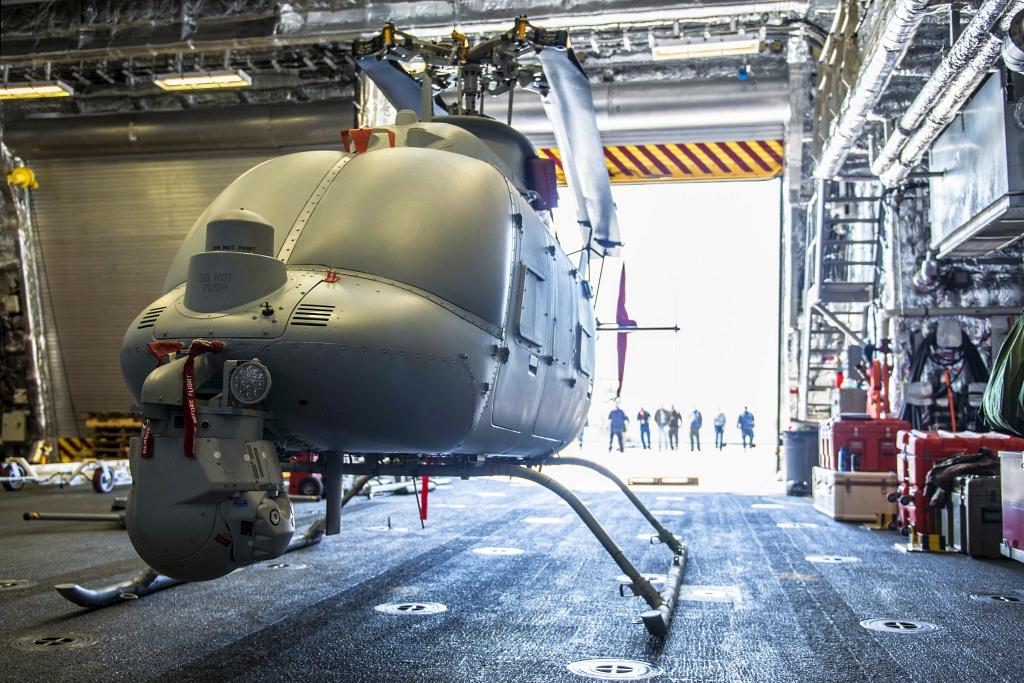 MQ-8C Fire Scout w hangarze USS Montgomery (LCS 8) (fot. US Navy / Mass Communication Specialist 3rd Class Zachary Eshleman)