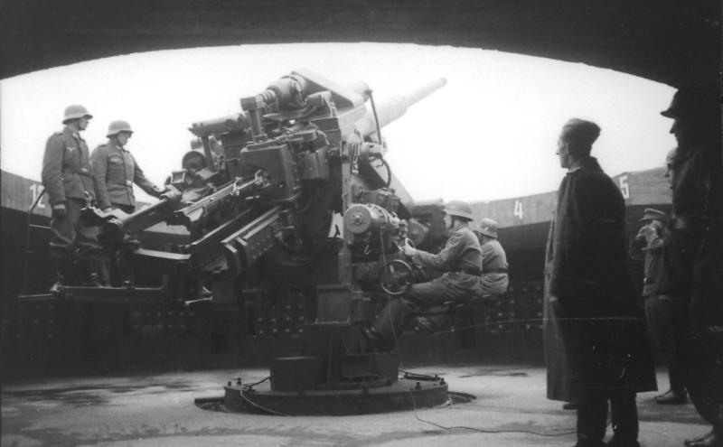 Działo przeciwlotnicze kalibru 128 milimetrów we Flakturm (fot. Bundesarchiv, Bild 101I-656-6103-09 / Morocutti / CC-BY-SA 3.0)