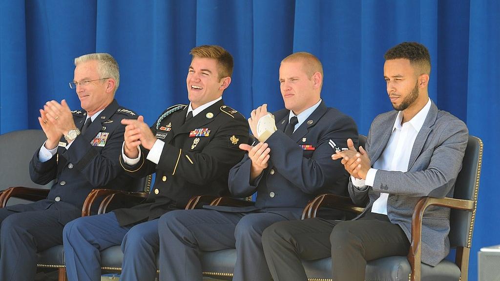 Generał Paul J. Selva oraz Alek Skarlatos, Spencer Stone i Anthony Sadler podczas uroczystości wręczenia odznaczeń we wrześniu 2015 roku (fot. US Army National Guard / Staff Sgt. Michelle Gonzalez)
