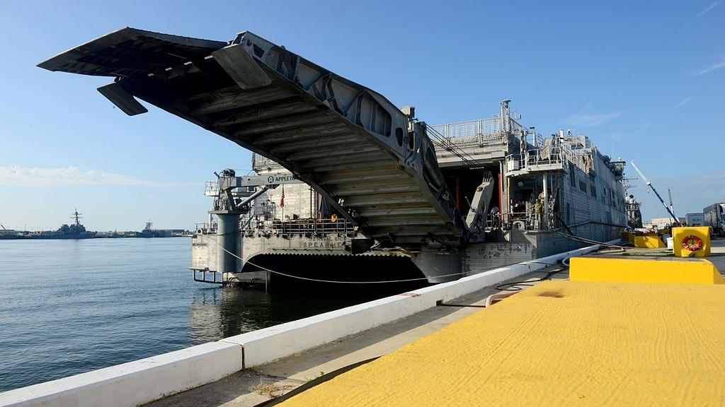 Robiąca wrażenie rampa przeładunkowa na USNS Spearhead (T-EPF-1). Niestety podczas użytku w małych portach podkładanie pod nią desek i płyt stanowi niemal stały element dekoracji. (US Navy / Mass Communication Specialist 2nd Class Adam Henderson)