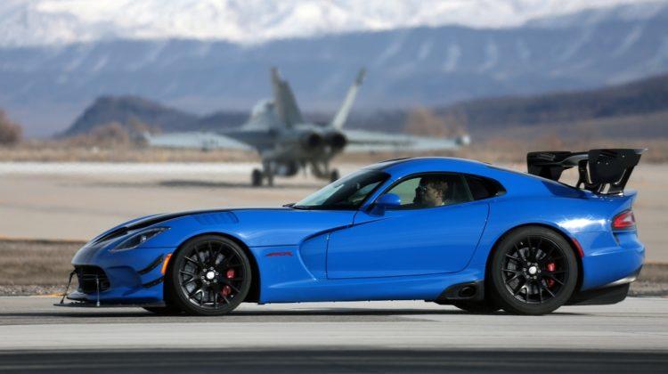 Wyścigi myśliwiec kontra samochód wciąż w modzie