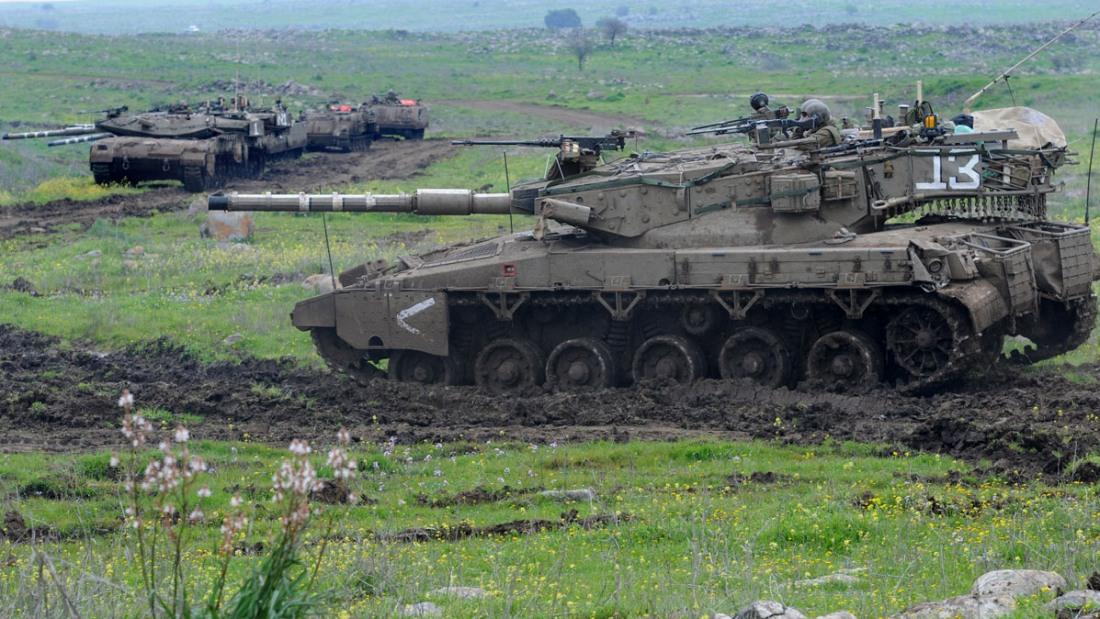 Izraelski oddział zmechanizowany podczas ćwiczeń. Na pierwszym planie Merkawa siman 2, dalej siman 3 Baz i transportery opancerzone Zelda