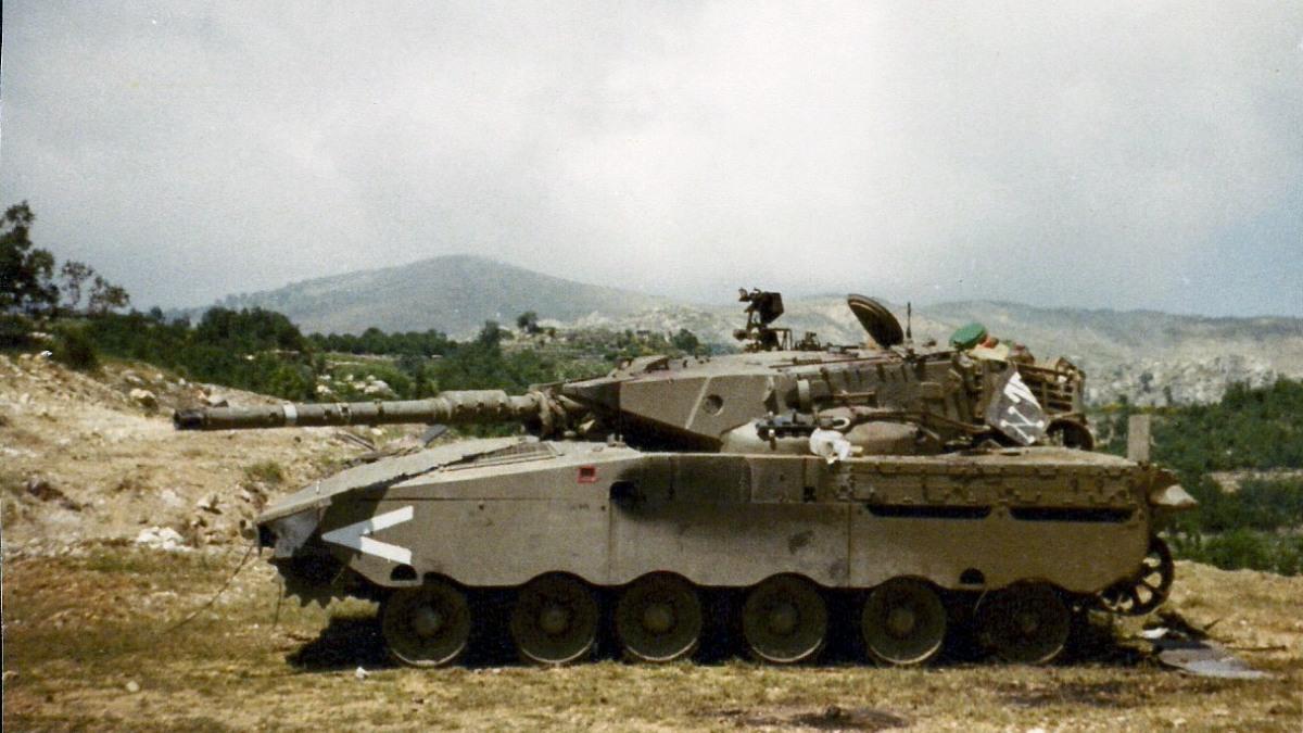 Merkawa siman 1 w Libanie w 1982, okolice Dżazzinu. W trakcie walk w dolinie Bekaa dużym zagrożeniem dla izraelskich czołgów okazały się śmigłowce uzbrojone w przeciwpancerne pociski kierowane, ale widoczny tutaj czołg padł ofiarą syryjskiego T-62. Jego dowódca, Cur Maor, zginął w chwili trafienia, a pozostali członkowie załogi ponieśli śmierć, gdy próbowali się ewakuować
