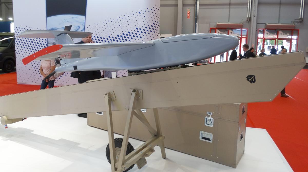 Warmate 2 będzie w pełni autonomicznym systemem startującym z wyrzutni zamontowanej na pojeździe, w którym znajdować się będą dwie stacje kierowania i kontroli. Pierwsza służyć będzie do sterowania dronem, druga zaś do kontrolowania sytuacji na polu walki
