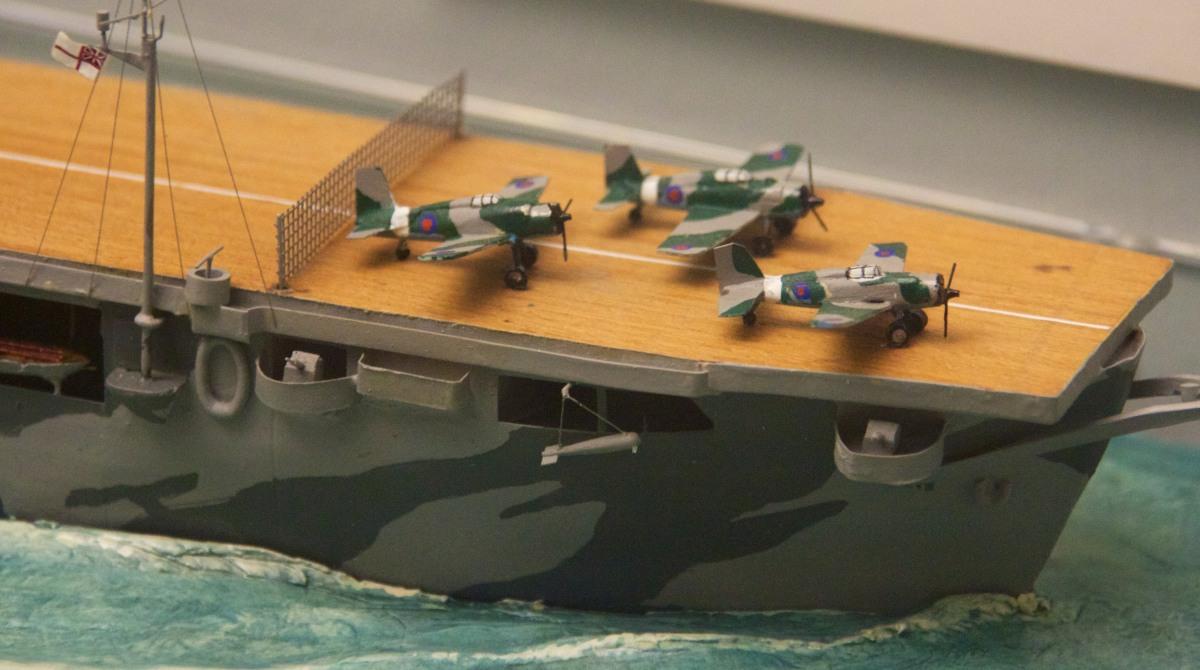 Ten model HMS Audacity pokazuje, jak przygotowywano pokład do lądowania – wszystkie maszyny przetaczano na dziób i podnoszono sieć mającą uchronić je przed uderzeniem przez samolot lądujący, gdyby ten nie chwycił liny hamującej