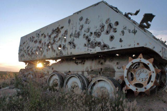 M113 trafiony pociskami kalibru 30 mm z działka GAU-8.