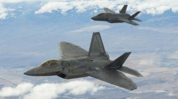 XQ-58 jako pośrednik w wymianie danych między F-22 i F-35