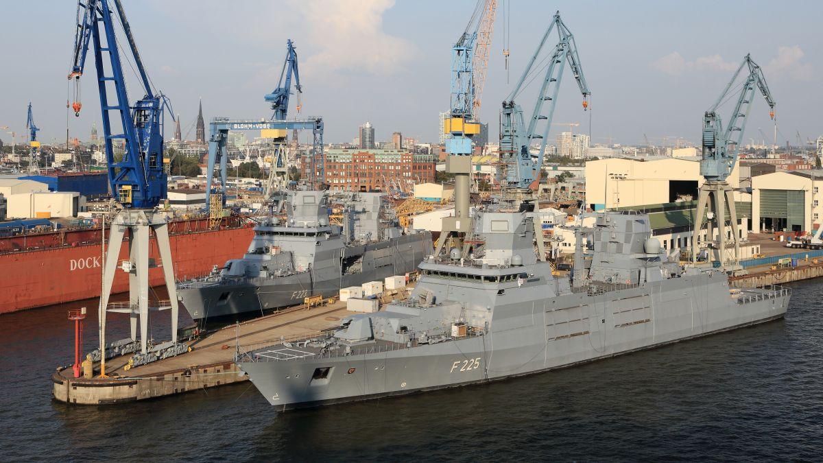 Dwie fregaty typu F125 w stoczni w Hamburgu