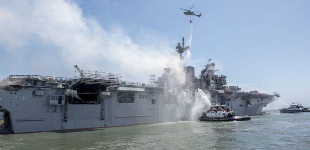 MH-60S Sea Hawk zrzuca wodę na pokład USS Bonhomme Richard.