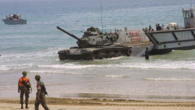 M60A3 TTS zjeżdżający na ląd z barki desantowej  LCM-1E