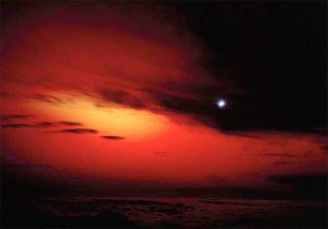 """Widok na test """"Starfish Prime"""" z punktu obserwacyjnego na Maui na Hawajach"""